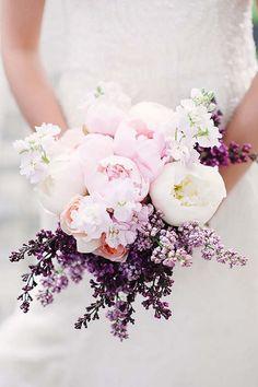 Hochzeitsstrauß in Lila und Weiß, Flieder und Pfingstrosen, Ideen für Hochzeit in Lila