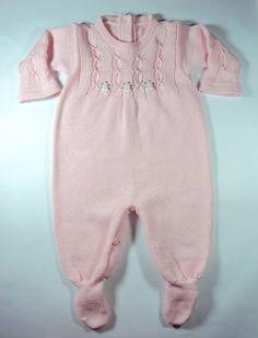 Macacão Feminino para bebê feito em tricot artesanal.  Linha antialérgica: 50% algodão 50% acrílico.  Tamanhos: RN, PP, P, M e G. R$ 72,00