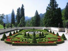 pitoresca francês jardim de design formal de flores vermelhas proteger plantas ornamentos