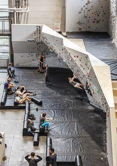 Home Climbing Wall, Rock Climbing, Glass House Design, Bouldering Wall, Basement Games, Halle, Garage Loft, Open Staircase, Escalade
