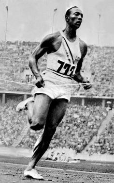 Jesse Owens cruza la línea de meta en primera posición durante la prueba de los 200 metros lisos