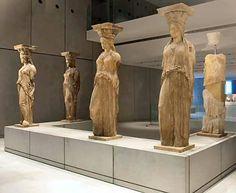 Le cariatidi provenienti dalla loggia dell'Eretteo sono oggi conservate al Museo dell'Acropoli, ad Atene.