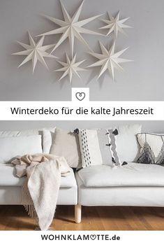 Nach Weihnachten werden Christbaumkugeln und Glitzersterne meist sehr schnell wieder in die Kisten verstaut. Dann wird es Zeit für die Winterdeko als Übergang zum lang ersehnten Frühling. Dafür muss die Weihnachtsdeko aber nicht komplett weichen, sondern wird hier und da etwas reduziert oder abgeändert. Wie das funktioniert, erfährst Du im Beitrag. Home Decor, Glitter Stars, Wool Blanket, Crates, Wall Hanging Decor, Cold, Cottage Chic, Seasons Of The Year, Decoration Home