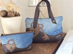 "Sac ""Key""en jean et simili simili : Sacs à main par sur-fil Bag Jeans, Denim Bag, Patchwork Bags, Quilted Bag, Jean Purses, Purses And Bags, Diy Sac, Handmade Purses, Leather Gifts"