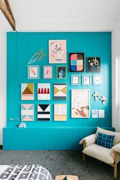 pared de color + cuadros
