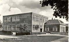 R.K. Aloysiusschool met woning hoofd van de school. School aan de Kerkstraat in St. Nicolaasga