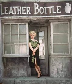 Marilyn Monroe photographed by Milton Greene in a village set on the Fox backlot in Milton Greene, Marilyn Monroe Fotos, Young Marilyn Monroe, Classic Hollywood, Old Hollywood, Cinema Tv, Norma Jeane, Showgirls, York