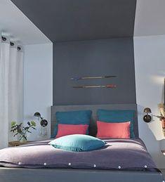 Une tête de lit en palette prolongée avec de la peinture sur le plafond, une bonne idée pour agrandir la pièce et obtenir une déco unique dans une petite chambre