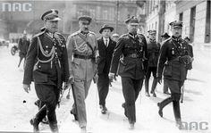 Józef Piłsudski w towarzystwie pułkownika Bolesława Wieniawa-Długoszowskiego (1. z lewej), majora Aleksandra Prystora (4. z lewej), pułkownika Wacława Stachiewicza (5. z lewej) na ulicy Królewskiej w drodze do siedziby Sztabu Generalnego w Warszawie.