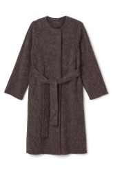 <p>The Pav Coat is a collarless outdoor coat with a rounded neckline, a hidden front closure and a belted waist for a feminine silhouette. </p><p>- Size Small measures 106 cm in chest circumference and 111 cm in back length. The sleeve length is 63 cm.</p>