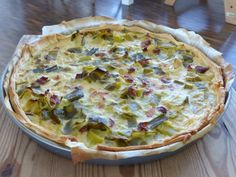 This is a great recipe for a tasty dinner containing lots of green vegie goodness. You can add fried bacon which goes incredibly well with leek, or go vegetarian without the bacon. Leek Tart, Leek Pie, Bacon Pie, Going Vegetarian, Smoked Bacon, Soul Food, Great Recipes, Tasty, Stuffed Peppers