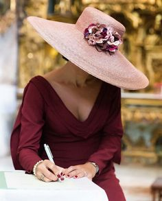 Shared by Find images and videos about fashion, beautiful and style on We Heart It - the app to get lost in what you love. Fancy Hats, Fascinator Hats, Fascinators, Headpieces, Wedding Hats, Love Hat, Elegant Outfit, Mode Inspiration, Mode Style