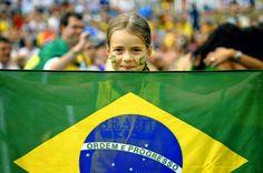 Mostra tua força, Brasil E faz da nação sua bandeira Que a paixão da massa inteira Vai junto com você, Brasil!  Mostra tua força, Brasil E amarra o amor na chuteira Que a garra da torcida inteira Vai junto com você, Brasil!