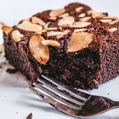 Esta tarta de chocolate sin harina esta buenísima y es perfecta para intolerantes al gluten. La almendra le da una textura esponjosa muy similar a la de las tartas tradicionales.