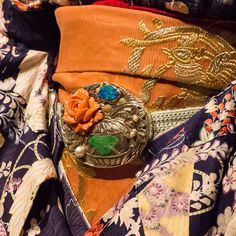 Maiko Umeyae's kimono Japanese Geisha, Japanese Kimono, Japanese Family Crest, Japanese Costume, Kimono Design, Japanese Design, Yukata, Kimono Fashion, Traditional Dresses