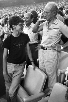 Former Prime Minister Pierre Trudeau shows how tall his eldest son Justin has grown in relation to himself during the seventh inning stretch at the Montreal Expos game in Montreal on April Justin Trudeau, Ivanka Trump, Donald Trump, Premier Ministre, Canadian History, Canada, People Of Interest, Prime Minister, Father And Son