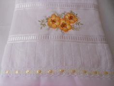 Toalha para banho bordada personalizada com acabamento em lese e passa fita.Também pode ser bordado o nome. R$ 50,00