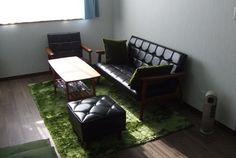 幼い頃の思い出の中に浮かぶ、待合室に置かれていたあの椅子。 妻も私も昭和の雰囲気がとても好きなので、ある日、どこかの お店で見かけたKチェアのデザインが気に入り、以来ずっと欲しい と思っていました。  新居への引越しをきっかけに、かねてから欲しかったKチェアを ついに購入。 デザインはもちろんですが、座り心地も柔らかすぎず、かといって 硬すぎず、ちょうどいい柔らかさでとても気に入っています。 ふとKチェアに目をやると、ちょこんと座っている1歳になったばかり の娘の姿が。 きっと気に入ってくれたのでしょう。   ■Kチェア1シーター スタンダードブラック  36,720円(税込) ■Kチェア2シーター スタンダードブラック  57,240円(税込) ■オットマン スタンダードブラック  23,220円(税込) ■テーブル(小) チェリーナチュラル  43,740円(税込)カリモク60 オフィシャルショップ | INFO: USER'S VOICEの最近の記事