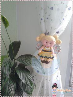 Prendedor de cortina Abelhinha feltro curta www.facebook.com/ateliedospontosbydanny