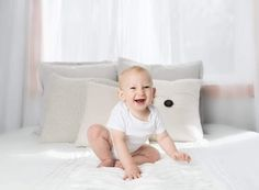 How much sleep do babies and kids need? Here are some tips on how much sleep kids need along with some advice on getting your child to sleep each night. Kids Shoes Online, Laughing Baby, Teen Mom, Baby Pillows, Baby Hacks, Babysitting, Baby Bibs, Baby Accessories, Funny Babies