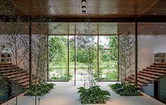 No hall de entrada, com vidros nas laterais da porta para iluminar o ambiente, os bambus hachikus têm forração de filodendros e singônios. As espécies, escolhidas pelo paisagista Gil Fialho, foram plantadas em nichos criados no piso de granito branco.
