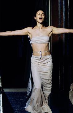 Maison Margiela Spring 1999 Ready-to-Wear Fashion Show Anti Fashion, 90s Fashion, Runway Fashion, High Fashion, Fashion Show, Vintage Fashion, Fashion Details, Timeless Fashion, Fashion Design