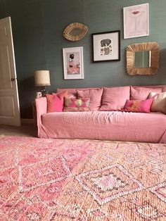 Gervasoni pink Ghost sofa and vintage rug. Pink Couch, House Mouse, Decorative Objects, Colorful Decor, Vintage Rugs, Apartment Ideas, Stitches, Cushions, Sofa