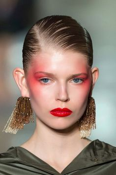 Everything to do with latest makeup trends and inspiration. We're providing smart shopping tips to get beauty discounts and deals, DIY tutorials, latest runway makeup trends and tips to look your best! 80s Makeup, Makeup Art, Makeup Tips, Hair Makeup, Makeup Ideas, Prom Makeup, Catwalk Makeup, Runway Makeup, Beauty Make-up