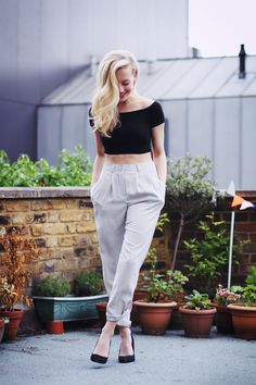 Crop top, high waisted trousers and pumps