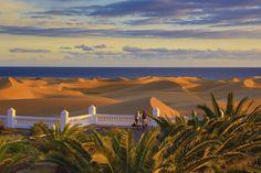 Dunas de Maspalomas, Gran Canaria (Islas Canarias)   Un desierto con recompensa azul podría ser la definición de las dunas de Maspalomas, Gran Canaria, un horizonte difícil de olvidar con la playa del inglés como punto de ebullición.