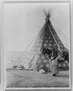 A picture of a Blackfoot Indian Tepee. It was taken in 1927 by Edward S. The picture presents a Blackfoot Indian, Bear Bull, holding a horse outside his tipi. Blackfoot Indian, Indian Tribes, Native Indian, Native American Photos, Native American Tribes, Native American History, American Indians, Native Americans, American Symbols