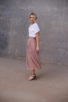 Midi skirt and heels with white tee. Casual Skirt Outfits, Modest Outfits, Summer Outfits, Cute Outfits, Tall Girl Fashion, Womens Fashion, Inspiration Mode, Midi Skirt, Lace Skirt