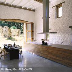 Ein Anwesen im Südwesten Frankreichs: Vier ehemals bäuerliche Gebäude werden nach und nach renoviert und zu Künstlerateliers umfunktioniert. Um den…