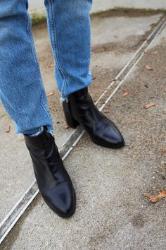 pointy toe black boots from Zign and blue jeans from Zara, street style