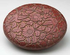 China 13th century. Round Covered Box. Lacquer, Carved red and yellow lacquer (t'i hung) 1 3/4 x 6 1/2 x 6 1/2 in. (4.4 x 16.5 x 16.5 cm) Minneapolis Institute of Arts. Gift of Ruth and Bruce Dayton, 2001.73.1a,b ©The Minneapolis Institute of Arts. Photographe : Photography ©The Minneapolis Institute of Arts