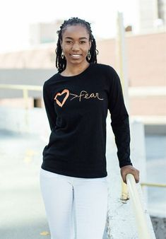 Get ready for fall with screen-printed tees that feature inspiring messages Popular Clothing Brands, Sustainable Clothing Brands, Sustainable Fashion, Fashion Brands, Clothing Company, Fashion Company, Fair Trade Fashion, Friend Outfits, Ethical Fashion