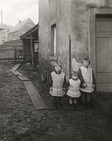 1928 im mitteldeutschen Industriegebiet: Kinder feingemacht in der Sonntagskleidung