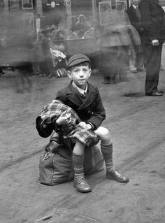 Robert Doisneau, Ecolier londonien 1950 Thanks. Robert Doisneau Photos, Vintage Photographs, Vintage Photos, Fotografia Social, Henri Cartier Bresson, Vintage Paris, Vintage Boys, French Photographers, Black And White Photography