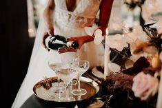 Sculpted glasses and a golden platter to add the final touch to the champagne moment! Decoration Table, Furniture, Home Decor, Elegant Chic, Elegant Wedding, Interior Design, Home Interior Design, Arredamento, Home Decoration
