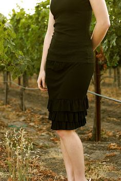 Was a FREE PATTERN/TUT when last checked. Ruffles and Roses: Salsa Skirt - Summer of Skirts