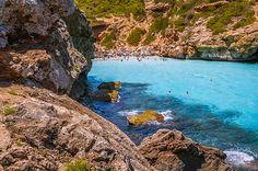 Recorrimos en imágenes20 playas que parecen una piscina natural por el mundo. Pero ésta vez, lejos de tanta dispersión, nos concentramos en el paraíso balear para explorar algunas de sus mejores calas en las islas de Mallorca y Menorca. Todas ellas poseen una particularidad: el agua turquesa se ve tan calma y transparente como una …