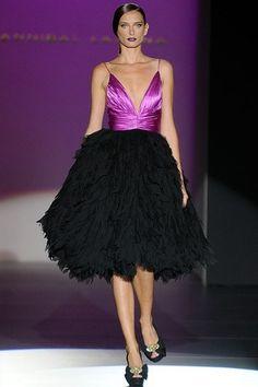 Hannibal Laguna: desfile colección P/V 2013 vestido corto con cuerpo en malva y falda negra abullonada