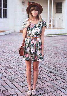 Street style vestido t-shirt floral com chapéu.