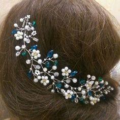 Купить или заказать Свадебная веточка. Украшение для волос. в интернет-магазине на Ярмарке Мастеров. Свадебная веточка с жемчужными цветочками и изумрудными акцентами прекрасно дополнит свадебный образ невесты. Веточка легко гнётся, принимая нужную форму в прическе. Крепится шпильками и невидимками в прическе(прилагаются). ----------------------------------------------------------------------- Другие работы мастера можно посмотреть здесь www.livemaster.ru/stylishdetails?