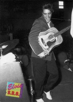 The ORIGINAL: Elvis performing live on stage in 1956 (source: The 1992 River Cards - Elvis SRO (Card 414) Elvis In Concert, Young Elvis, American Singers, Elvis Presley, Gorgeous Men, Rock N Roll, Picture Source, Photoshop, The Originals