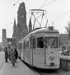 Straßenbahn und Kaiser Wilhelm Gedächtniskirche in Berlin, 1954