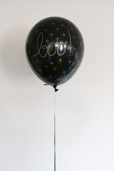 Simple and cool Halloween balloons - all you need is black balloons and a gold paint pen! Visit for more than 300 DIY ideas and tutorials! Halloween Balloons, Adult Halloween Party, Homemade Halloween, Holidays Halloween, Diy Halloween Decorations, Halloween Crafts, Halloween Garland, Halloween Candles, Black And Gold Balloons