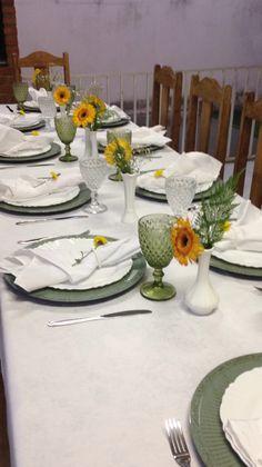 Mesa de jantar. Decoração em amarelo