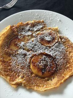 Pannenkoek met gekarameliseerde appeltjes. Begin met 1 ei te mengen met 100 g bloem en 1 zakje vanillesuiker en dan los te roeren met 200 ml melk en een snuifje zout. Laat je deeg een half uur rusten. Schil dan je appel. Ik neem een kanzi( die heeft een lekker fris tintje, anders wordt alles te zoet) Voeg boter en 1 el suiker in je pan en laat wat karameliseren. Snij je appel in schijfjes, haal je klokhuis eruit en leg in je pan. Giet je deeg er rond en werk af met poedersuiker. Smakelijk.