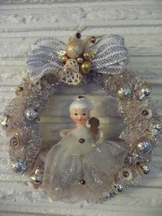 Sweet Vintage Christmas Small Bottle Brush Wreath w Ceramic Head Angel w Netting Antique Christmas, Vintage Christmas Ornaments, Retro Christmas, Vintage Holiday, Primitive Christmas, Christmas Baubles, Country Christmas, Outdoor Christmas, Christmas Scenes